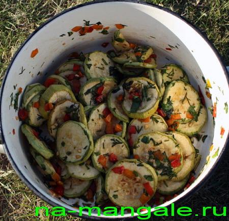 Кабачки-гриль с овощной заправкой