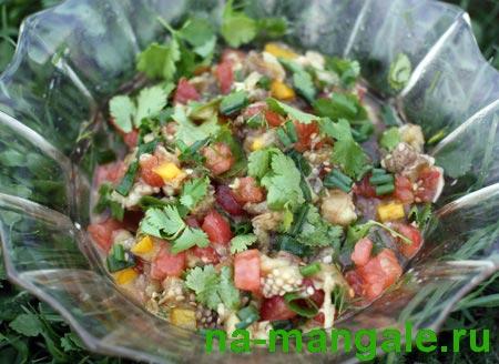 Салат из печёных баклажан и овощей