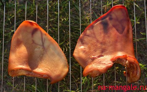 Свиные уши в коптильне горячего копчения