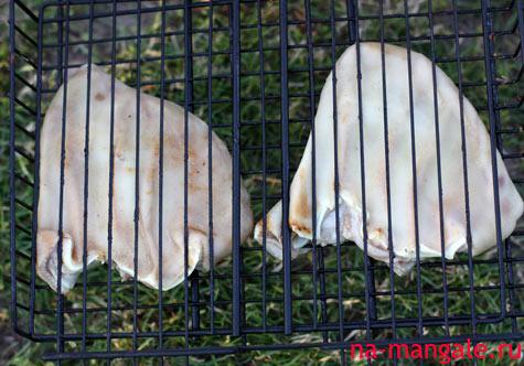 Отварные свиные уши на решетке-гриль