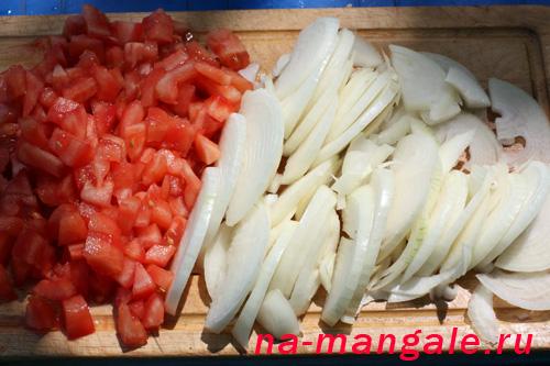 Нарежем помидоры и лук