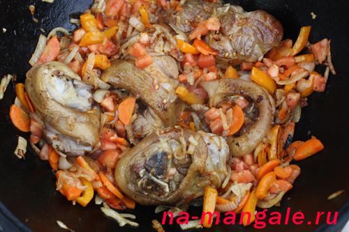 Голяшки с луком и морковью в казане