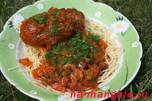 Тушеные свиные голяшки со спагетти