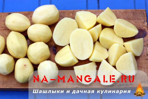Картофель почистить и нарезать крупно