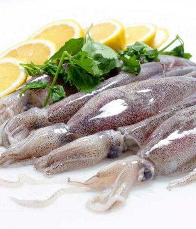 Как варить кальмары для салата: очищенные и неочищенные, тушки и кольца, замороженные и свежие