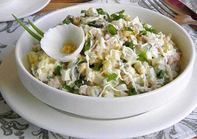 Классический салат с печенью трески и яйцом рецепт