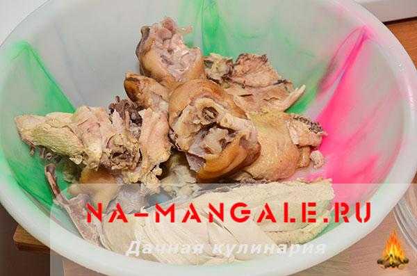 holodec iz nozhek 07 - Холодец из свиных ножек и курицы на плите – домашний рецепт