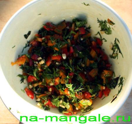 Нарубленные мелко перцы с зеленью и чесноком