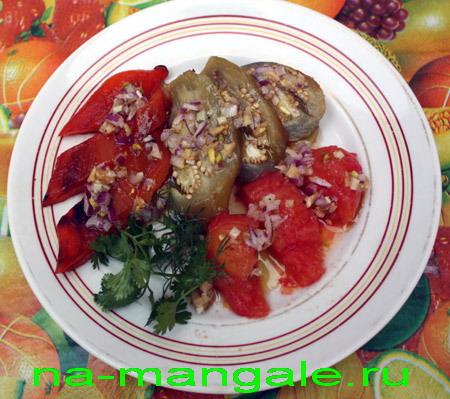 Печеные овощи с ореховым соусом