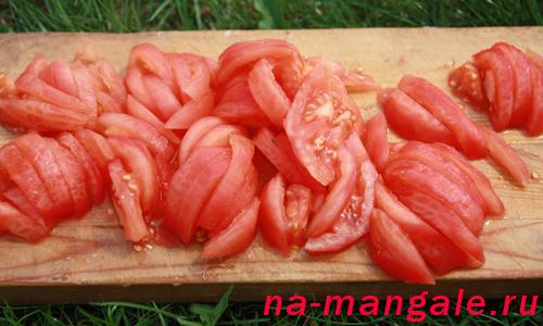 Ошкуренные и нарезанные помидоры