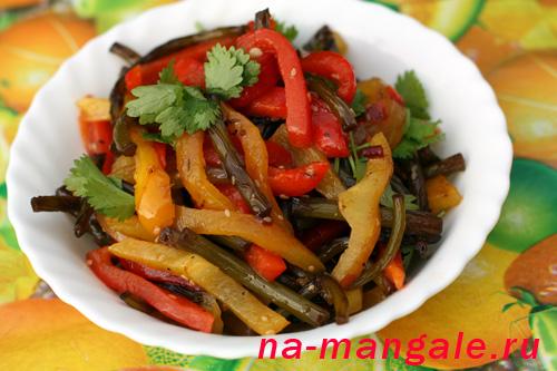 Салат с чесночными стрелками и печеными перцами