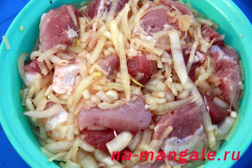 Свиной шашлык маринуется в луке со специями