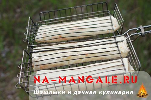 Лаваш с сыром на решетке