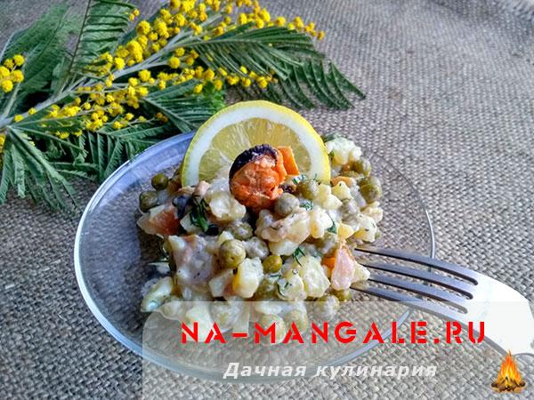 Простые и вкусные варианты салатов на основе копченого кальмара