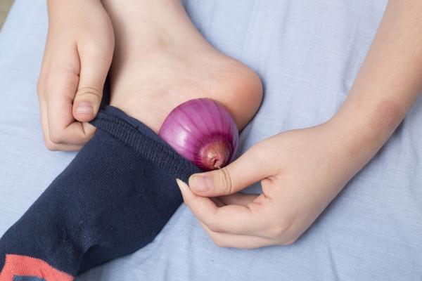 Что произойдет, если положить лук на ночь в носки на стопы