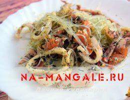 Азиатский салат из фунчозы с кальмарами и помидорами