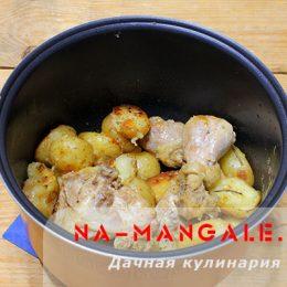 Как вкусно запечь в мультиарке куриные окорочка с картошкой?