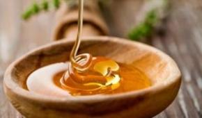 Миниатюра к статье Является ли кориандр медоносом и в чем польза и вред меда, собранного с растения? Как употреблять продукт?