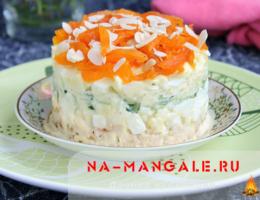 Необычный салат с курагой и курицей, а также свежим огурцом