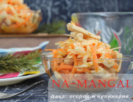 Салат из жареного куриного филе с добавлением моркови, лука и капусты